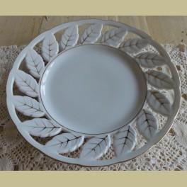 Wit porseleinen brocante ( wand) bordje met blaadjes
