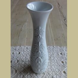 Klein wit keramiek vaasje met sierlijk reliëf