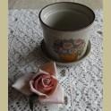 Klein vintage bloempotje met bloemen en vlinder, Pat Albeck