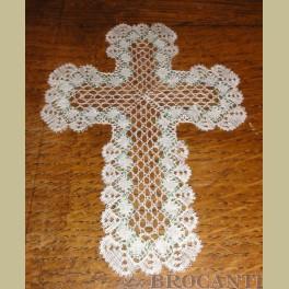 Gekantklost wit kanten kruis