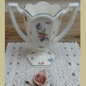 Vaas met grote oren en kleine bloemetjes