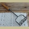 Doorleefde brocante stamper met houten handvat, Tomado