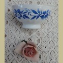 Brocante spoelkommetje met blauwe bloemen