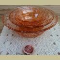 Nest van 4 vintage roze glazen schalen met reliëf