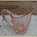 Vintage roze glazen melkkannetje