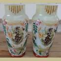Set antieke opaline vazen met bloemen en narcissen