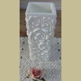 Witte vintage vierkante opaline vaas met sierlijk reliëf