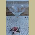 Geslepen glazen schaal op voet met klokvormige bloemen