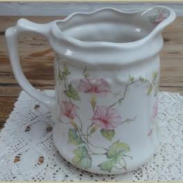 Landelijke Ironstone Engelse kan met roze Petunia's