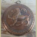 Oude rood koperen bakvorm met leeuw