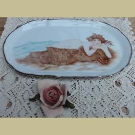 Handbeschilderd schaaltje, naakte vrouw op berenvel